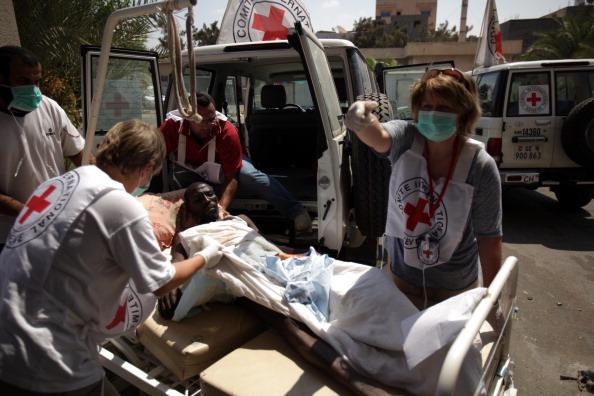 Команда из Международного комитета Красного Креста в беспокойном Абу-Салим, окрестностях Триполи, 26 августа 2011 года. Фото: Patrick Baz/Getty Images