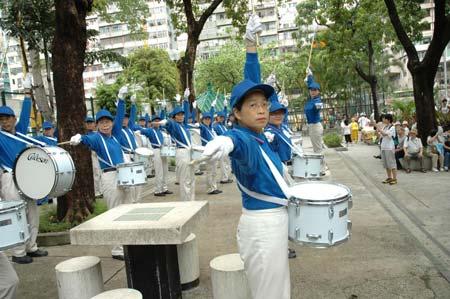 Виступ «Небесного оркестру» перед початком ходи. Фото: Хуан Хао/Велика Епоха