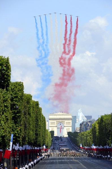 Винищувачі Rafale і Mirage пустили за собою червоно-синьо-білі шлейфи диму як символ кольорів національного прапора. Франція, площа Згоди, 14 липня 2011 року. Фото: Getty Images