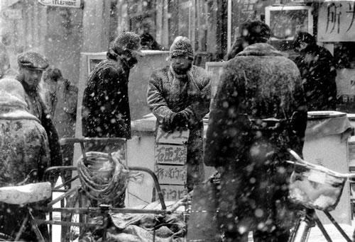 Безработный под снегом стоит с плакатом в надежде найти работу. Город Шеньян провинции Ляони. 2001 год. Фото: Cui Boqian