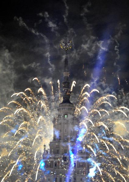 Світлове шоу біля будівлі Московського державного університету в День міста Москви. Фото: ALEXANDER NEMENOV/AFP/Getty Images