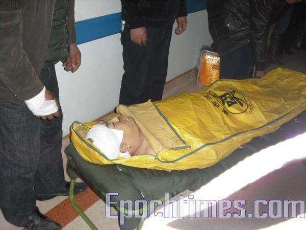 Тело погибшего от побоев Сунь Цзянцзюна. Фото: The Epoch Times