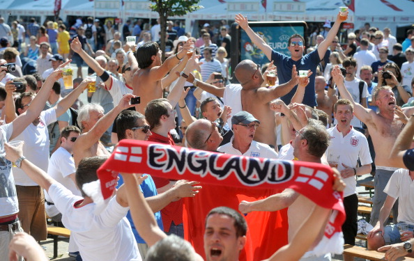 Фаны сборной Англии веселятся в фан-зоне в центре Киева 24 июня 2012 перед матчем Англия — Италия. Фото: GENYA SAVILOV/AFP/Getty Images