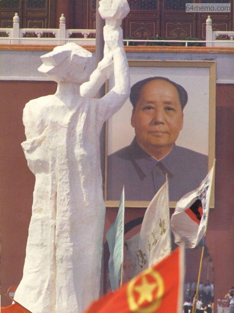 1 червня 1989 р. Статуя Свободи і портрет Мао розташовані один напроти одного, втілюючи боротьбу демократії і диктатури. Фото: 64memo.com