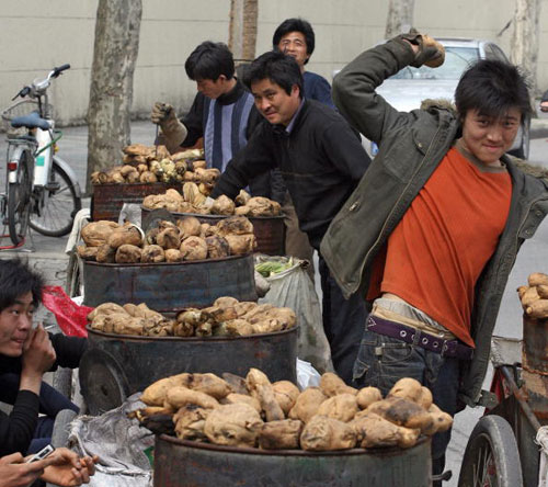 22 березня, 2007 р. Продавець м. Шанхай продає батат. Фото: MARK RALSTON/AFP/Getty Images