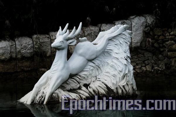 Статуя білого оленя, що стрибає в озеро. Фото: The Epoch Times