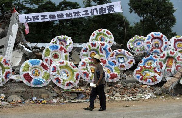 Вінки на згадку про загиблих під руїнами шкіл дітей. Місто Менчжу провінції Сичуань. Фото: AFP
