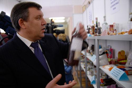 Работник Госпотребстандарта рассказывает про поддельное спиртное. Фото: Владимир Бородин/Великая Эпоха