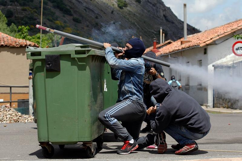 Овьедо, Испания, 19 июня. Запуск самодельной ракеты бастующим шахтёром. Продолжаются столкновения полиции и шахтёров, протестующих против сокращения финансирования добычи угля. Фото: CESAR MANSO/AFP/Getty Images