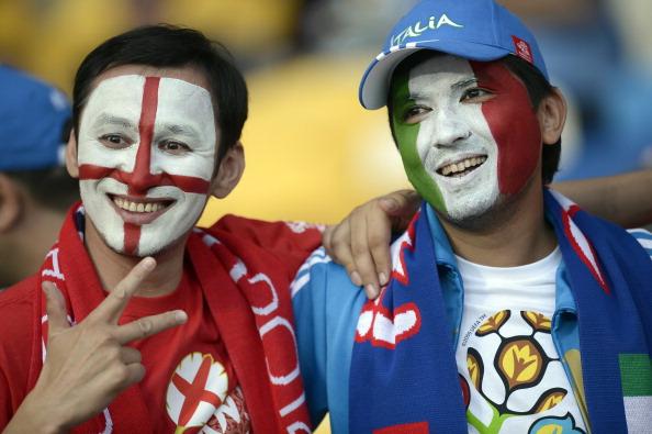 Болельщики на Олимпийском стадионе в Киеве ждут начала четвертьфинального матча Англии против Италии 24 июня 2012 года. Фото: FILIPPO MONTEFORTE/AFP/Getty Images