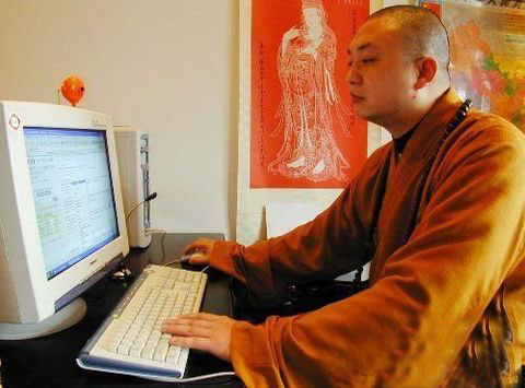 Монах монастыря Шаолинь за компьютером посматривает Интернет сайты. Может быть он через Интернет распространяет буддистское учение? Но тогда зачем ему веб-камера, которая стоит на компьютере? Фото с сайта epochtimes.com
