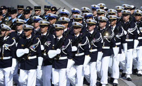 Курсанты французской военно-морской академии L'Ecole Navale маршем прошли по Елисейским полям во время ежегодного дня взятия Бастилии. Парад в Париже 14 июля 2011 года. Фото: Getty Images