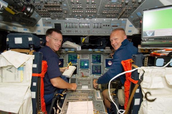 Астронавти Крістофер Фергюсон (ліворуч) і Дуглас Херлі в кріслах командира і пілота шатла відповідно. Фото: NASA via Getty Images