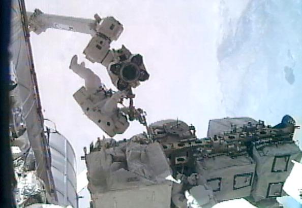 Астронавт Рональд Гаран встановлює фіксатор ступнею скафандра на маніпулятор «Канадарм2». Фото: NASA via Getty Images