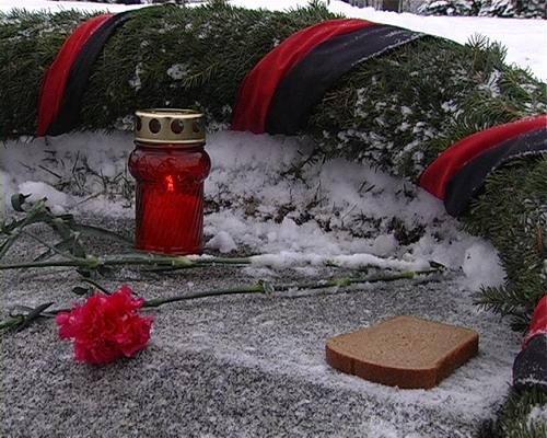 Символичный кусок хлеба, оставленный у вечного огня на Пискаревском кладбище 27 января 2008 года. Фото: Вячеслав Козлов