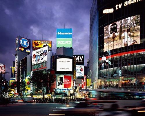 Токио, район Shibuya ночью. Япония