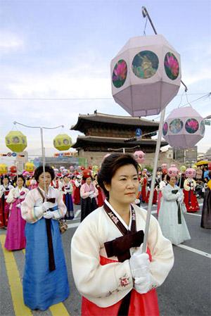 Фестиваль лотосовых фонарей это не только религиозный, но и традиционный праздник на тему фонарей в виде лотосов, история которых насчитывает вот уже 1.500 лет. Сначала, в 1973г, это был просто Парад фонарей, который затем, в 1996г, превратился в нынешний