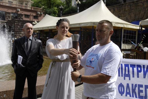 Передача факела для символического пробега с Хрещатика на Майдан Независимости, во время проведения акции в поддержку Всемирной эстафеты факела в защиту прав человека в Киеве 31 мая 2008 года. Фото: The Epoch Times