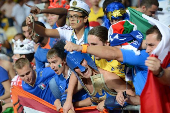 Итальянские болельщики празднуют победу своей сборной над сборной Англии 24 июня, Киев. Фото: Damien MEYER/AFP/Getty Images