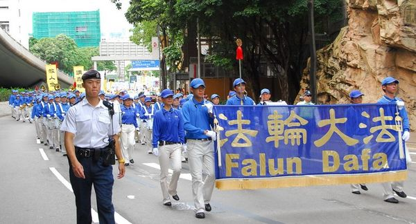15 червня. Гонконг. Хід на підтримку 38 млн чоловік, що вийшли з КПК. Попереду ходу рухається колона «Небесного оркестру». Фото: Лі Чжунюань/Тhe Epoch Times