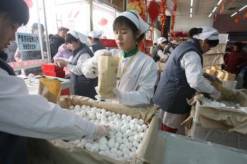 «Юаньсяо» - традиційна їжа на свято ліхтарів у вигляді солодких кульок, що символізують дружну міцну і згуртовану сім'ю. Фото: Велика Епоха