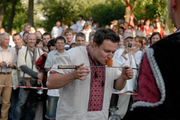 Смельчакам после раскатов хлыста над головой наливают заслуженную рюмку. Фото: Владимир Бородин/The Epoch Times