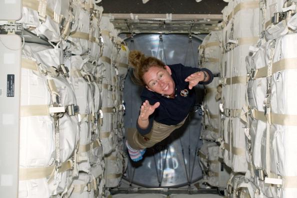 Астронавт Сандра Магнус ширяє всередині багатоцільового модуля «Рафаель». Фото: NASA via Getty Images