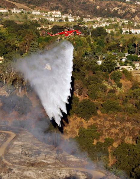 Гасити полум'я допомагають гелікоптери та літаки. Фото: Kevork Djansezian/Getty Images