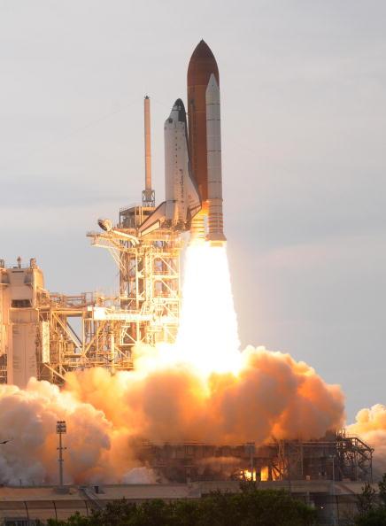 Запуск космического шаттла 'Эндевор'. Мыс Канаверал, Филаделфия, 15 июля 2009г. Фото: BRUCE WEAVER/Getty Images