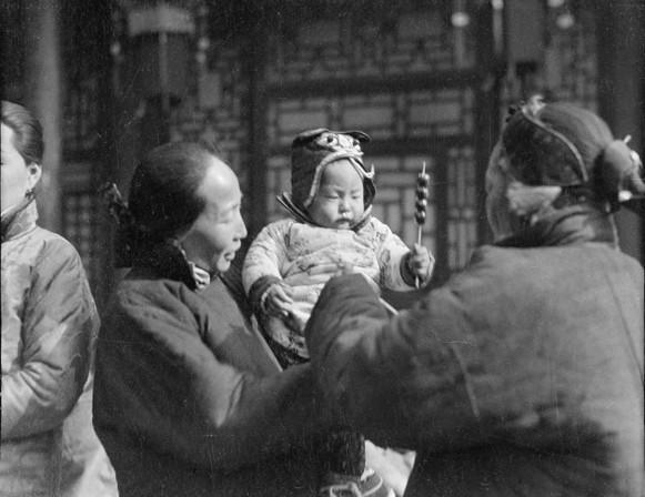 Китайская республика. Мальчик держит в руке засахаренную тыкву на палочке. Город Баодин провинция Хэбэй. Фото с aboluowang.com