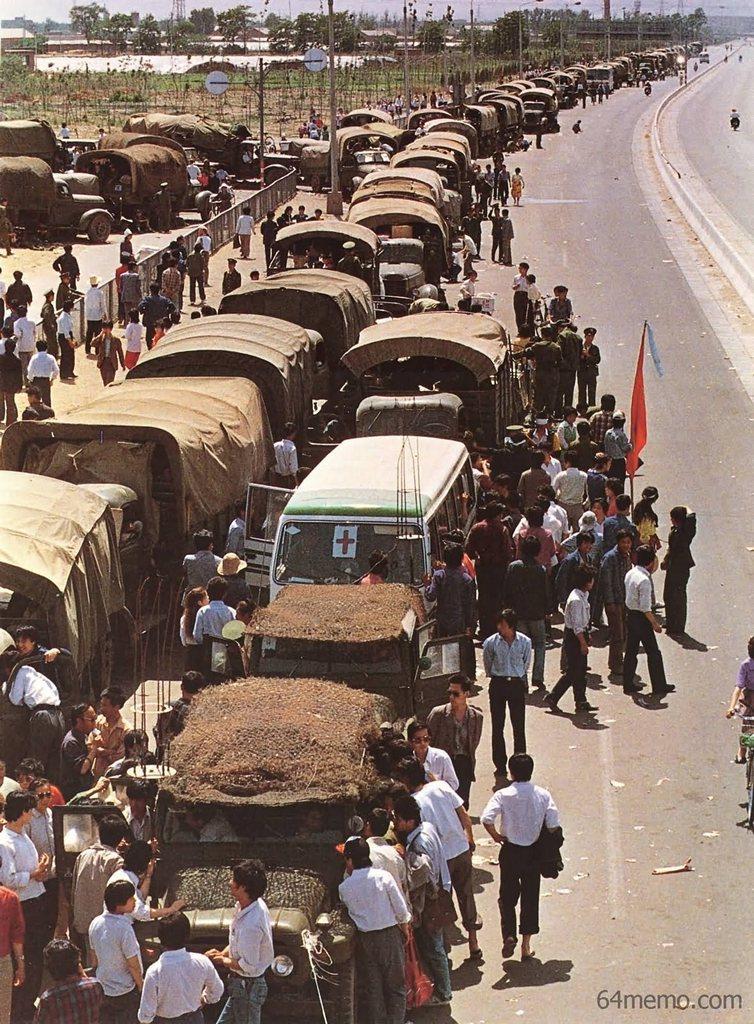 21 травня 1989 р. Люди, які підтримують студентів, заблокували проїзд і зупинили близько двохсот армійських машин із солдатами. Фото: 64memo.com