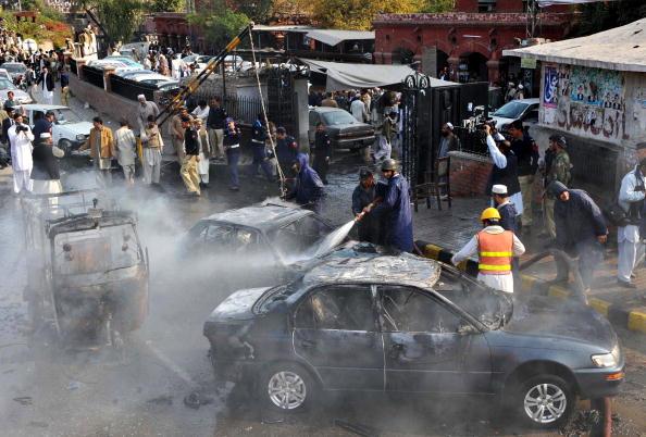 Смертник підірвав себе біля будівлі суду в Пешаварі, Пакистан. 7 осіб загинули і десятки поранені. Фото: A Majeed / AFP / Getty Images