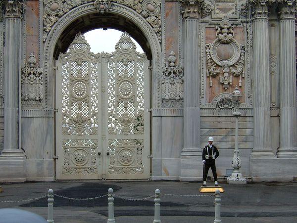 Часовой у султанского дворца. Фото: Ирина Рудская. The Epoch Times