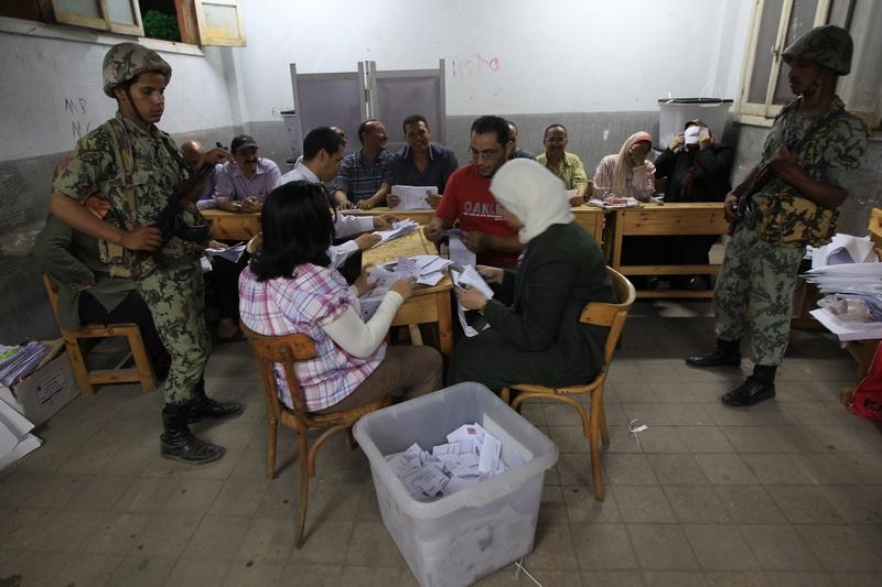 Подсчёт голосов на избирательном участке в Каире 24 мая 2012 после закрытия избирательных участков первого президентского тура выборов. Фото: MAHMUD HAMS/AFP/GettyImages