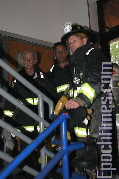 Бригада пожежників, яка прибула разом із поліцейськими. Фото: The Epoch Times