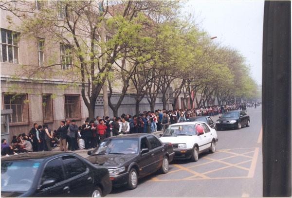 25 квітня 1999 р. більше 10 тис. послідовників Фалуньгун приїхало до Пекіна, щоб апелювати до уряду. Фото з epochtimes.com