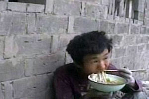 Заради того, щоб поїсти, 8-річні діти щодня виконують важку роботу, яку навіть дорослим іноді виконати не під силу!