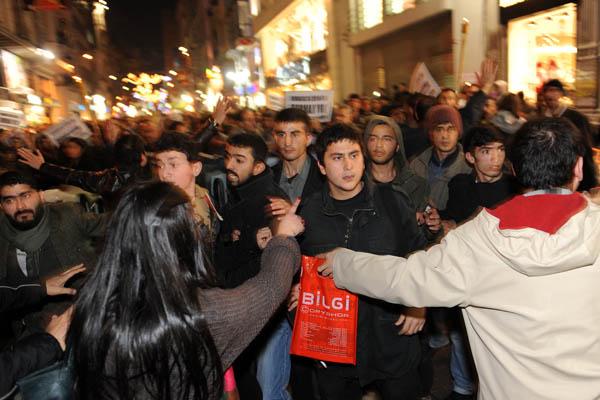Турецька поліція намагається контролювати курдських демонстрантів, щоб запобігти зіткненy. між ними та групою турецьких націоналістів. Стамбул, Туреччина. Курди виступають проти ув`язнення курдського лідера Окала. Фото: BULENT KILIC / AFP / Getty Images