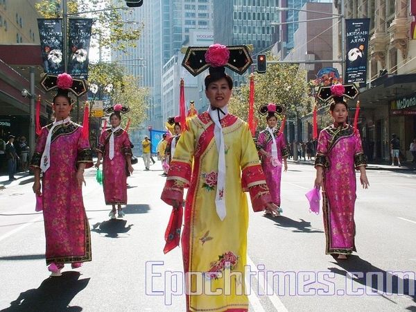Женщины в костюмах династии Цин. Фото: Ло Я/The Epoch Times