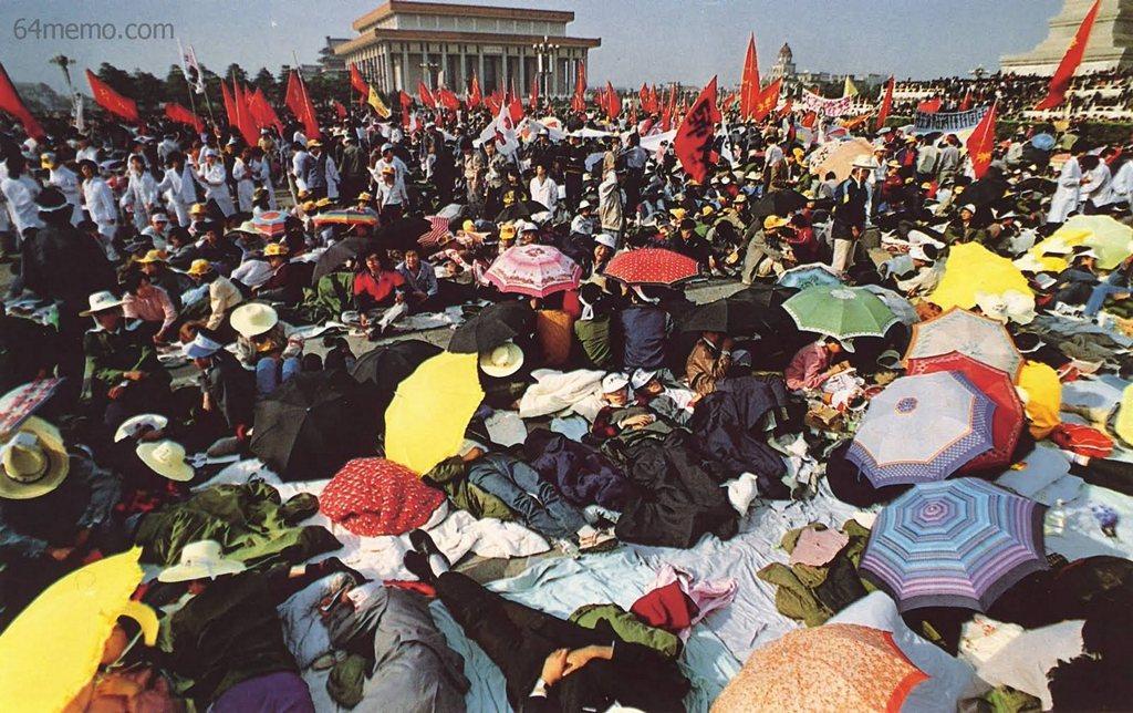 16 мая 1989 г. Четвёртый день голодовки студентов в Пекине на площади Тяньаньмэнь. Фото: 64memo.com