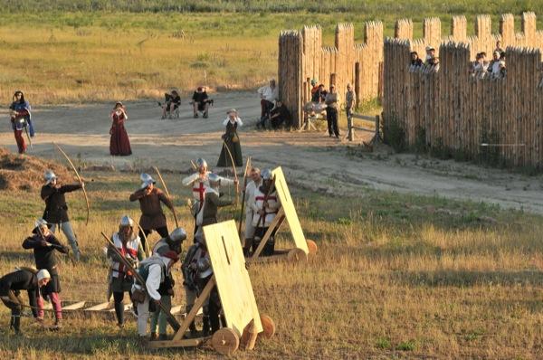 Лучники обстреливают крепость на историческом фестивале в Парке Киевская Русь 18 июня 2011 года. Фото: Владимир Бородин/The Epoch Times Украина