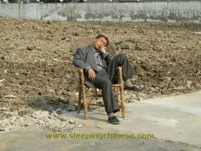 Сон китайців в громадських місцях. Фото: Bernd Hagemann