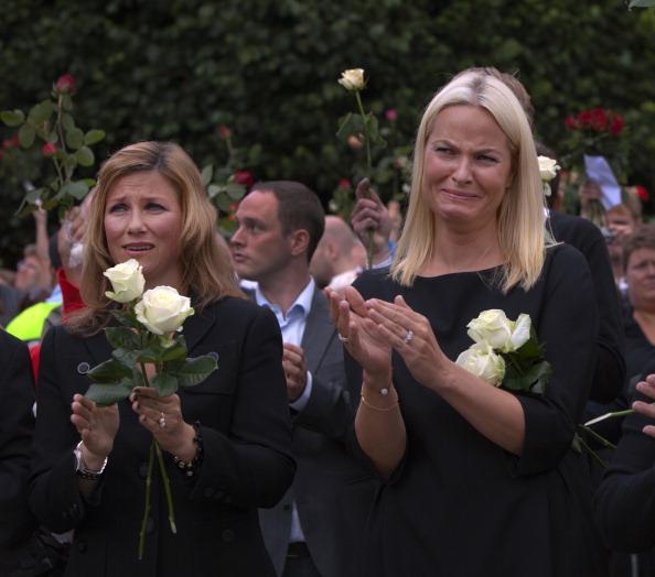 Осло, Норвегія, 25 липня. Принцеса Марта Луїза Норвегії та крон-принцеса Метте-Маріт вітають виступ кронпринца Норвегії Хокона, як і тисячі людей, які зібралися біля меморіалу вшанувати пам'ять 76 жертв терору 22 липня 2011.Фото: Паула Бронштейн/Getty Ima