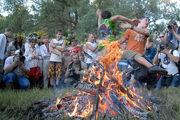 Традиционные прыжки через костер. Фото: Владимир Бородин/The Epoch Times