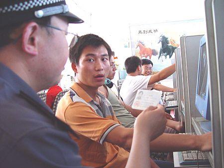 Милиционер-инспектор проверяет лицензию. Фото: Великая Эпоха