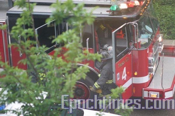 Разом із поліцейськими прибула також і пожежна бригада. Фото: The Epoch Times