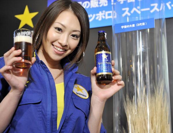 Перше в світі «космічне пиво» презентували на прес-конференції в Токіо. Напій під назвою Sapporo Space Barley приготували з ячменю, який кілька місяців зберігався на станції МКС. У продаж надійде обмежена партія пива - 250 ящиків по шість пляшок за ціною