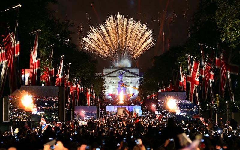 Лондон, Англия, 4 июня. Фейерверк в честь юбилея правления королевы Елизаветы II расцвёл над Букингемским дворцом. Фото: Peter Macdiarmid/Getty Images