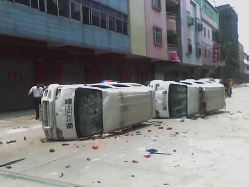 Разбитые участниками протеста полицейские автомобили. 18 ноября. Город Луннань, провинция Ганьсу. Фото с epochtimes.com