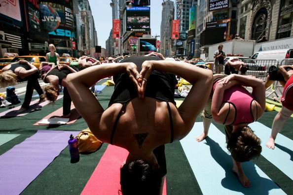 Марафон йоги на Таймс-сквер, Нью-Йорк. Фото: Mario Tama/Getty Images